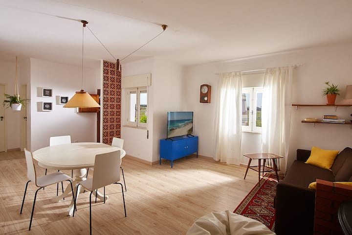 Casa renovada, 1 km das praias e surf spots