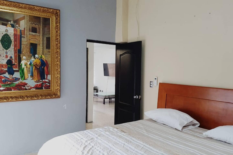 Habitación principal con cama queen, abanico de techo y minisplit de 1 tonelada y media