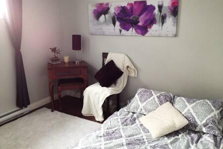 Chambre chaleureuse et espace extérieur relaxant! - Saint-Georges - บ้าน