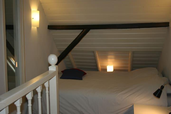 Slaapkamer op de 1e etage met 2-persoonsbed met daarnaast nog ruimte voor een kinderbedje. Kastruimte aanwezig.