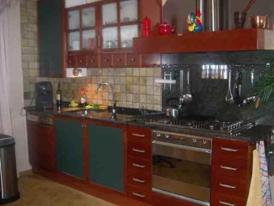 Open keuken met vaatwasser, inbouwoven en magnetron