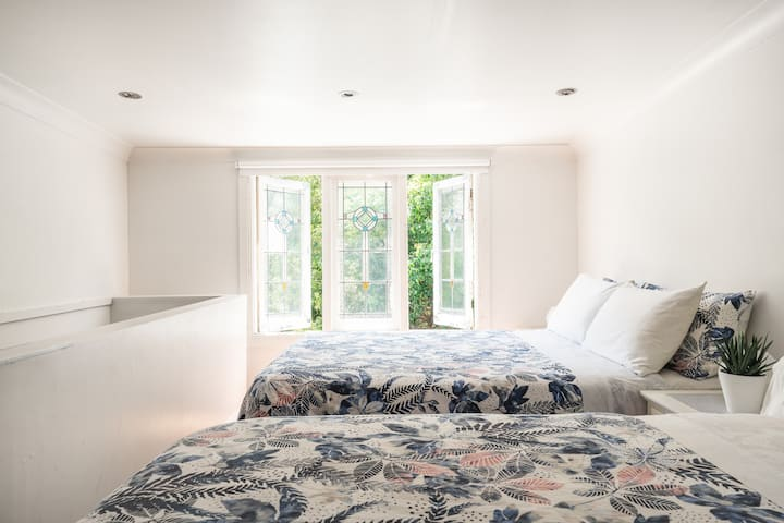 Pyrmont: private attic room, 2 x double beds