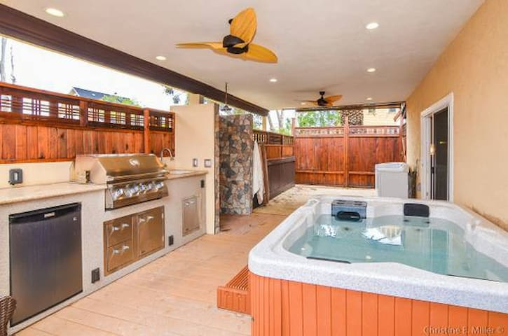 Nice Outdoor Space- Hot-tub Near Downtown & Beach!