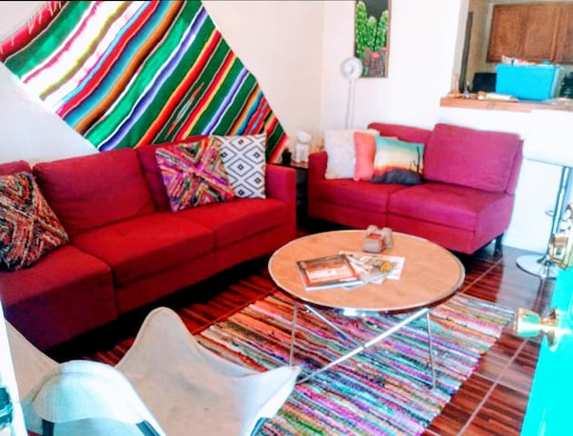 The Cabbage: Colorful Cozy Central 3BR- Pets OK!