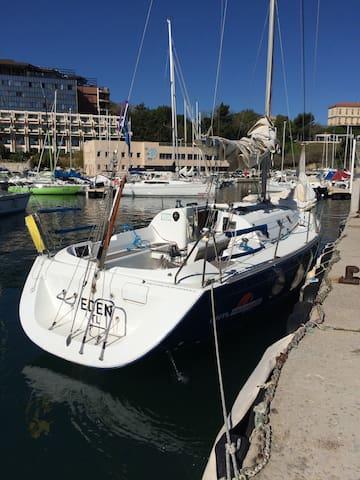 Voilier 2 cabines au vieux port de Marseille