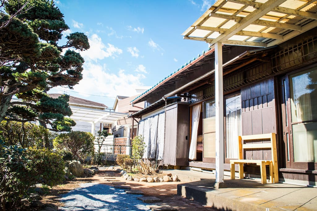 traditional japanese house with a beautiful garden. Black Bedroom Furniture Sets. Home Design Ideas
