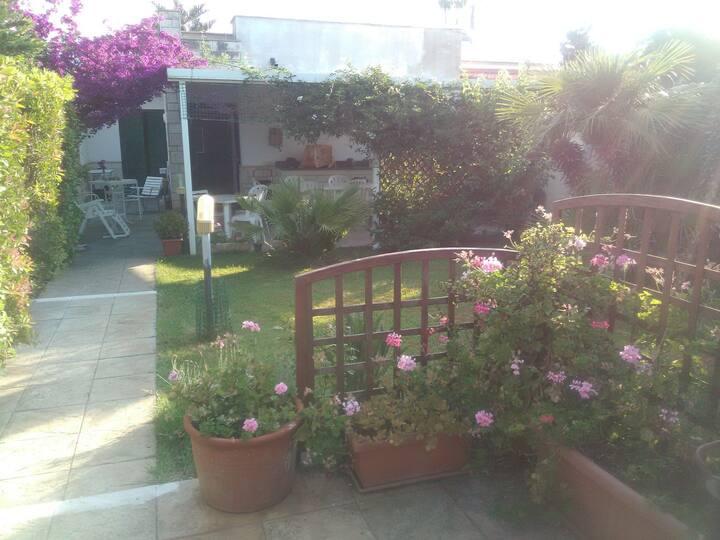 Villa al mare arredata, 2 vani, servizi, giardino