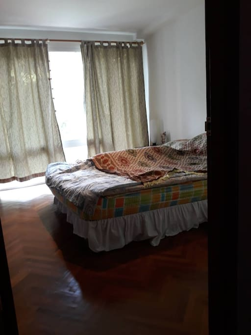 ห้องนอน 2 เตียงควีนส์ไซส์ ห้องน้ำด้านหน้าห้อง
