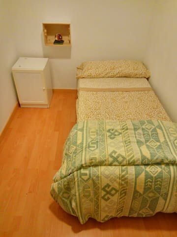 A nice room, 10 minuts of the center by metro. - Barcelona - Apartment