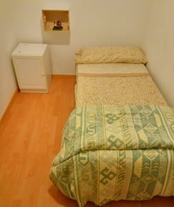 A nice room, 10 minuts of the center by metro. - Apartment