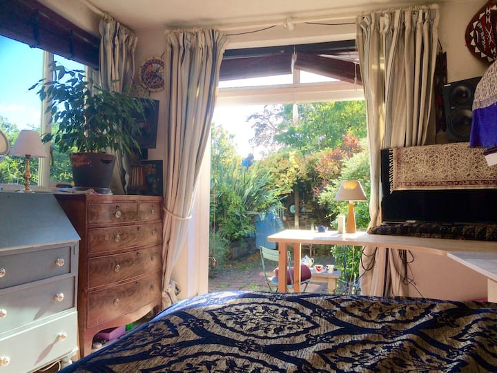 Garden Room in Arty Flat-Tranquil Central Location