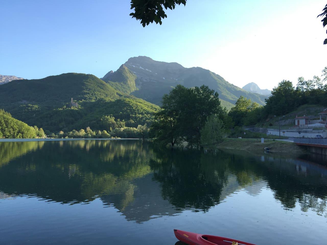 Lago di Gramolazzo e monte Pisanino