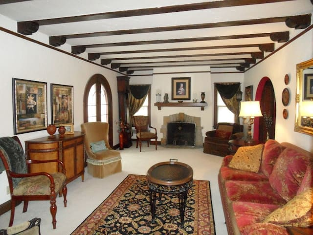 Rustic Elegance - European Tudor Home - มิลวอกี้ - บ้าน