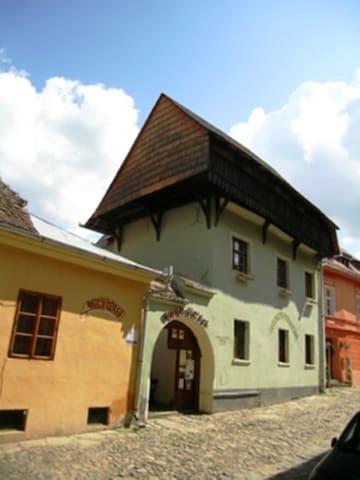 Burg-Hostel - triple room ensuite bathroom D002