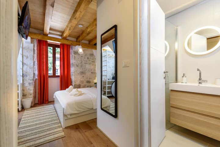 * Tiramola East Room * Old Town * Free Parking *
