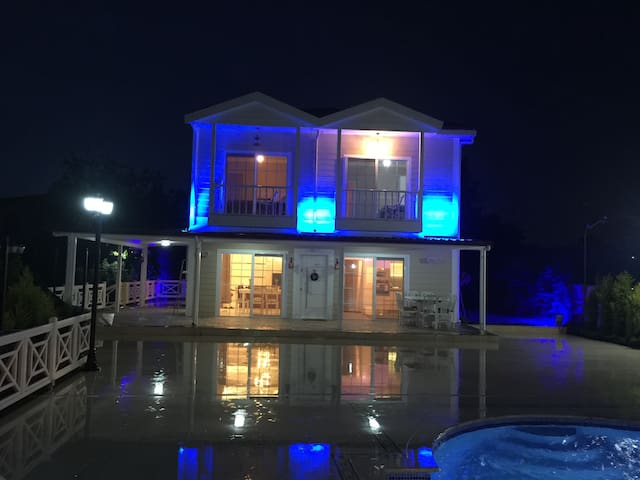 Muhteşem havuzlu  şömineli çiftlik evi