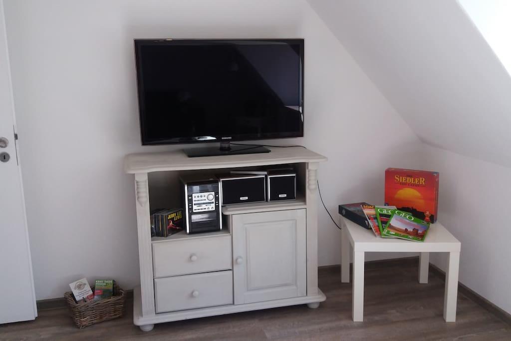 Sat-TV und Stereoanlage im Wohnzimmer