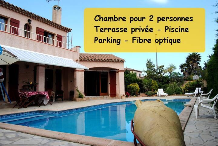 Chambre dans une grande villa avec piscine 1/2