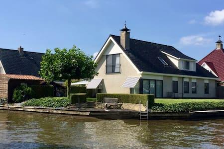 Prachtige woning, 4 - 10 pers, aan open vaarwater.