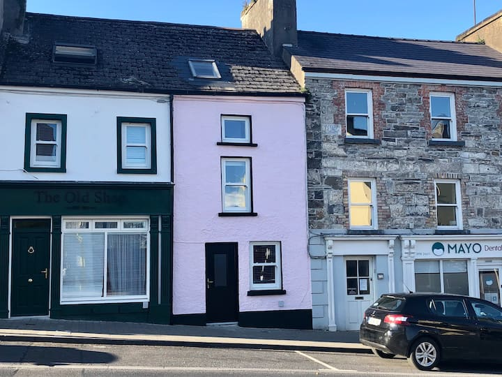 The Pink House, centre of Westport, 2 bed, 2 bath