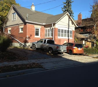 Charming 2 Story Home Centrally Located - Kitchener - Dům