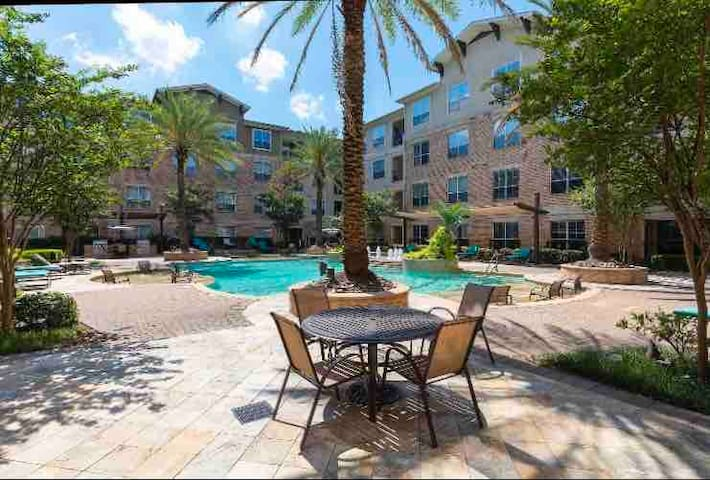 610 Loop King Size Bed W/ Direct Pool View!!