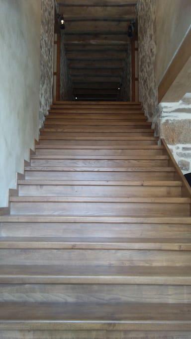 Escalier en chêne d'accès aux gîtes