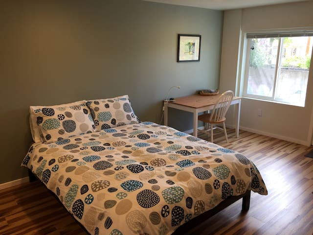 Queen bed: Tuft & Needle foam mattress on a platform bed, cozy goose down comforter and 4 pillows.