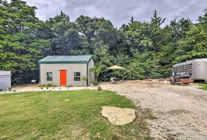 NEW! Whitesboro Studio w/BBQ, Mins to Lake Texoma!