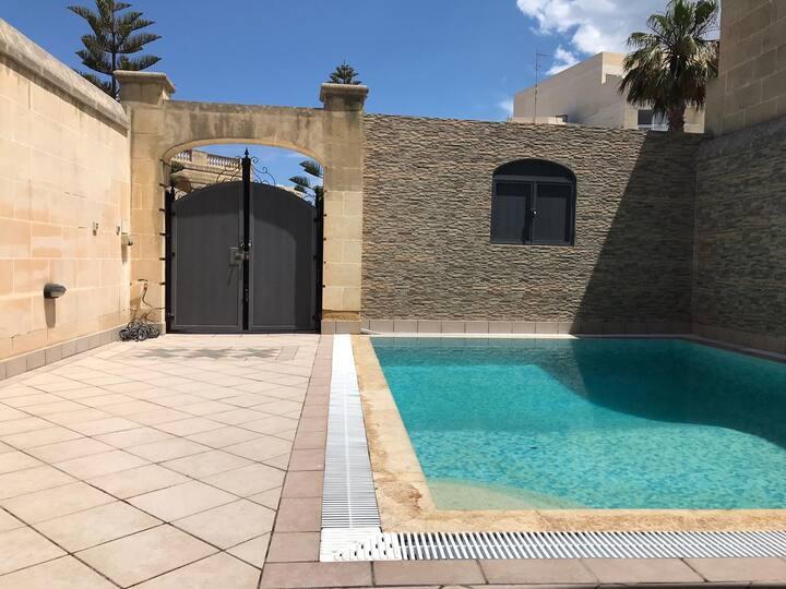 Chambre 2 lits simples dans villa avec piscine.