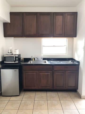 Vista al área de cocina. Totalmente equipada con los utensilios básicos de cocina, estufa, tostadora, cafetera, microondas y demás.