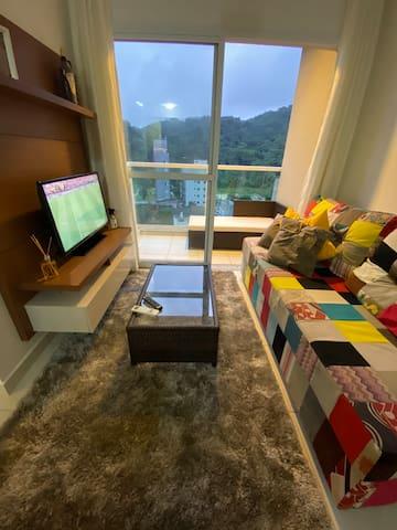 Sala de TV com 1 sofá cama.