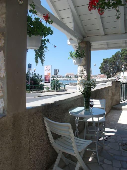 Vue de la maison sur la vieille ville et sur la mer