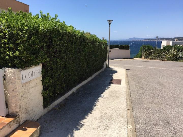 T2 climatisé à 40 m de la mer plages et sentier du littoral avec terrasse vue sur mer
