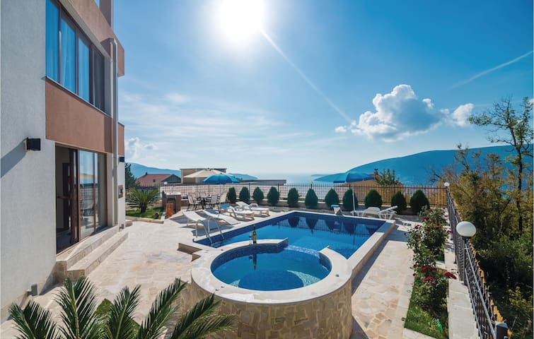 Holiday cottage with 9 bedrooms on 252m² in Herceg Novi
