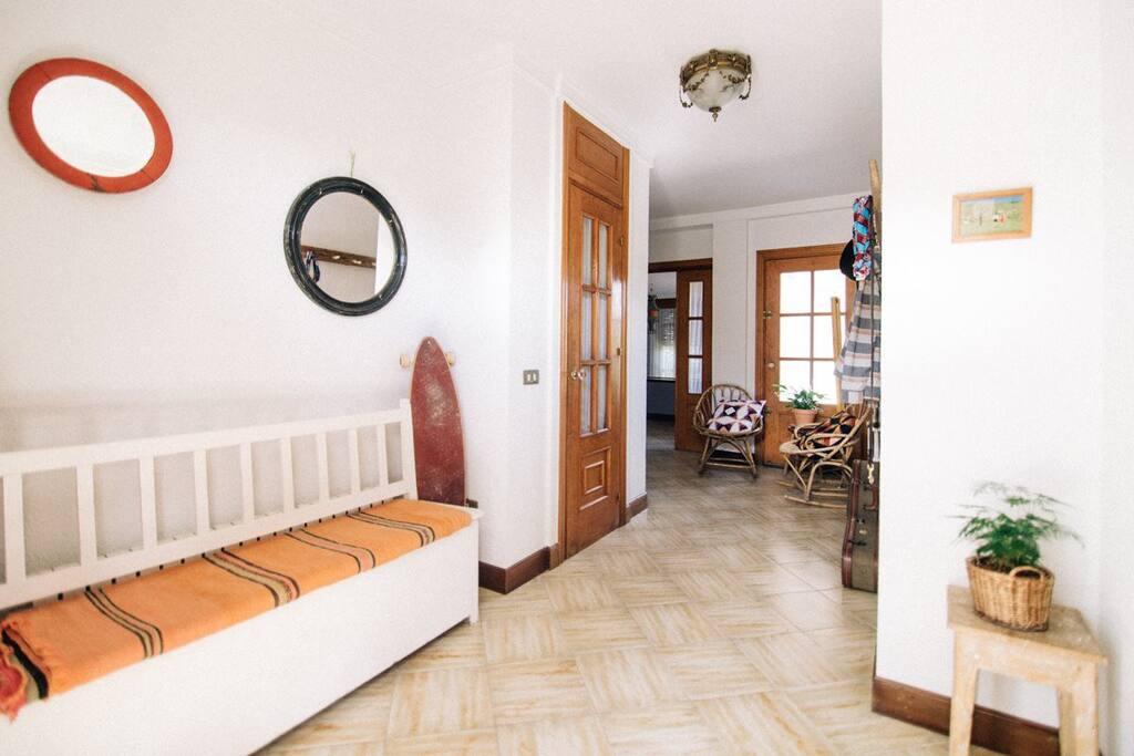 La entrada a la casa donde poder dejar tu calzado y tu ropa.