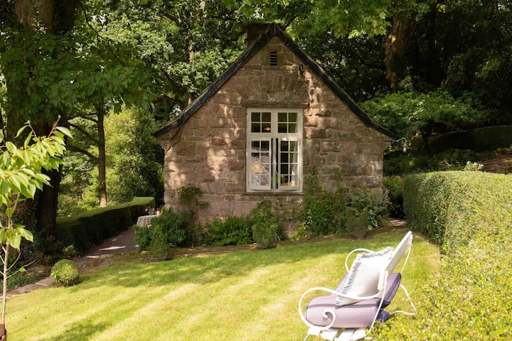 Peaceful Stone Cottage among fabulous gardens