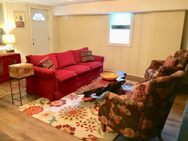Fun 4-Room Guest Apt. in Downtown Neighborhood