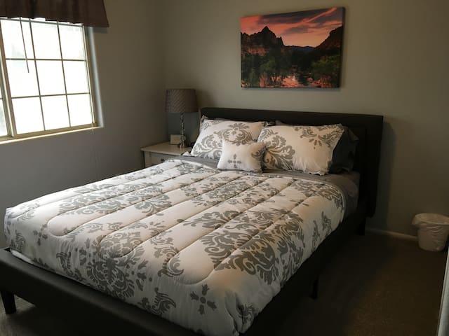 Cedar Retreat - Grey Room
