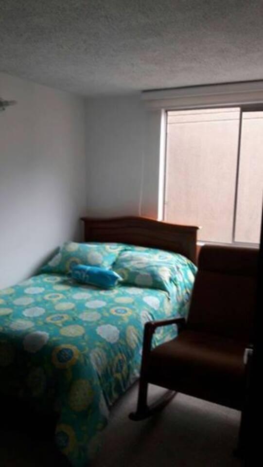 Cuarto super cómodo con acomodación para una o dos personas, incluye una mesa de noche y un closet donde podrán acomodar sus pertenencias el tiempo de estadía.