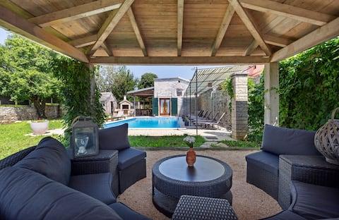 Casa Dea - stone villa with fenced garden