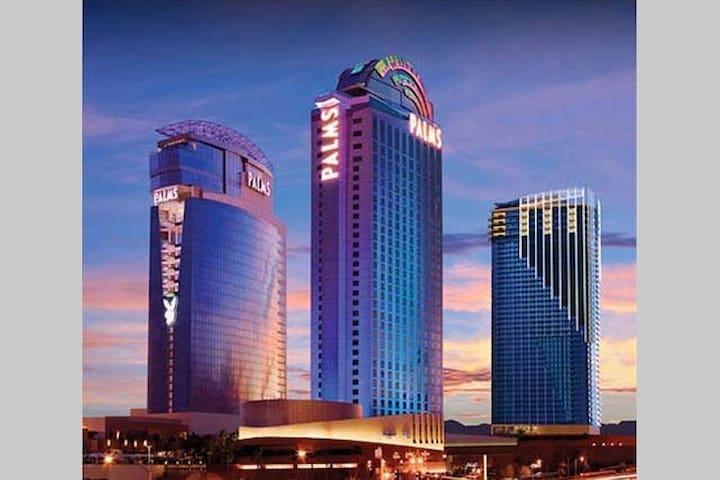 * Stunning Strip View 24th floor *