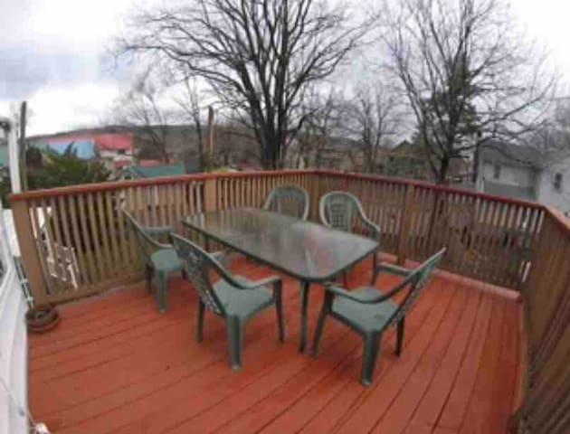 Spacious 3 Bedroom Upper apartment with porch&deck