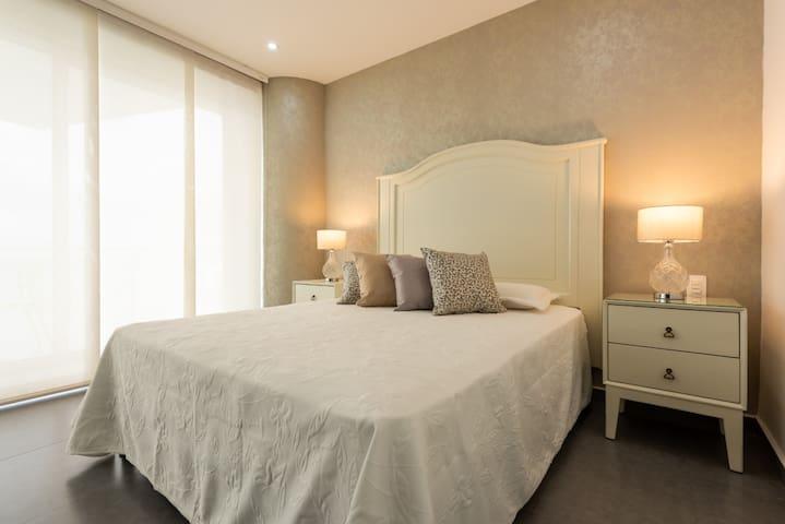 Comoda y lujosa habitación con vista al mar.