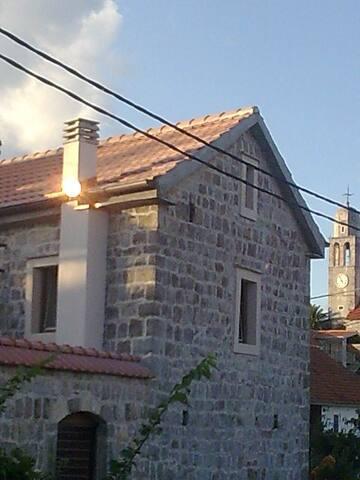 Radovici старинный каменный дом с террасой у бухты