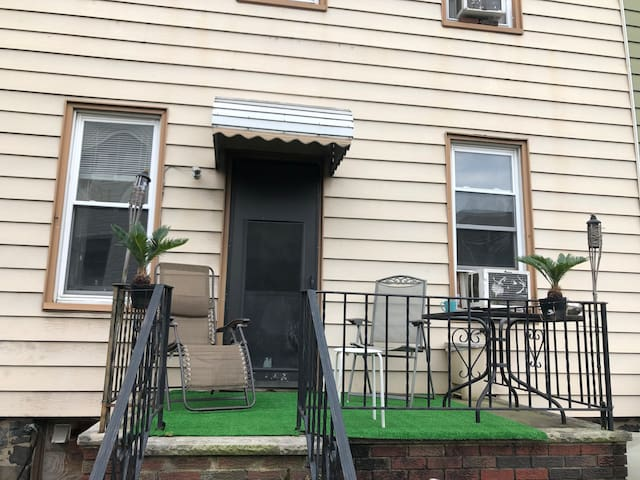10% OFF LARGE SUNNY BEDROOM 15-20 MINUTES TO NYC