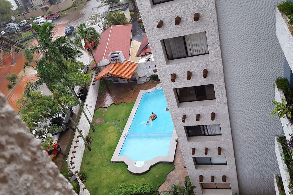 Piscina del condominio visto desde arriba