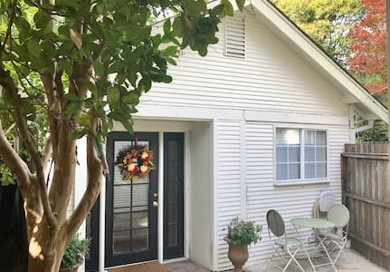 Charming Westside Cottage - Ukiah