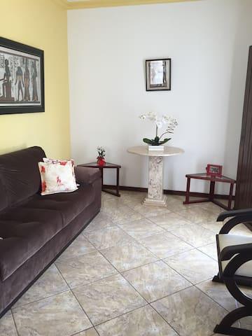 Sala de estar onde vc poderá descansar e assistir tv...