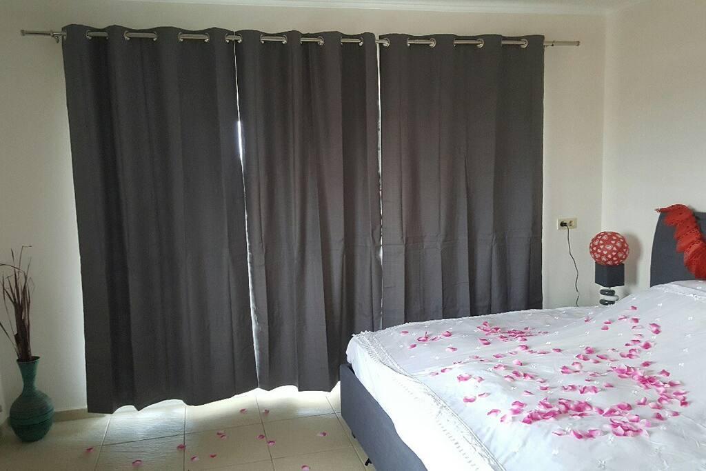 Master Schlafzimmer mit komplett neuem Bett und Matratzen, 2 Nachttische mit Lampen, Airco, Zugang zur grossen Terrasse sowie zum sehr grossem Badezimmer mit Dusche, WC und Bidet